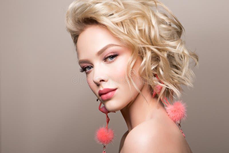 Glamourportret van mooi meisjesmodel met make-up en romantisch golvend kapsel royalty-vrije stock foto