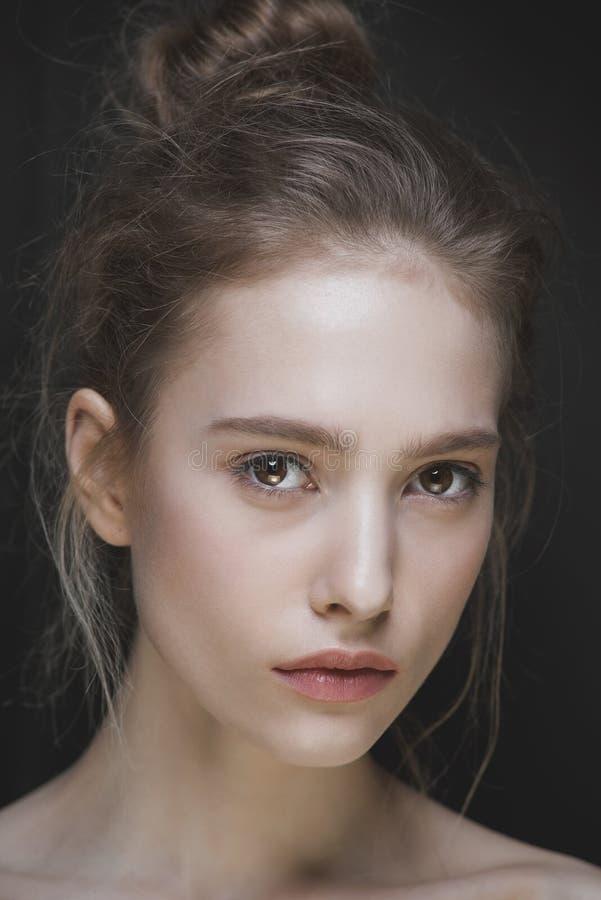 Glamourportret van mooi vrouwenmodel met stock afbeelding