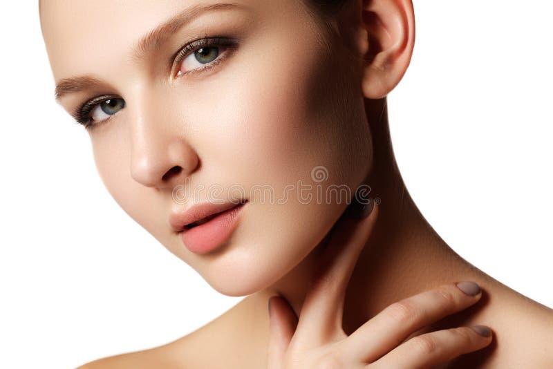 Glamourportret van mooi vrouwenmodel met verse dagelijkse makeu stock foto