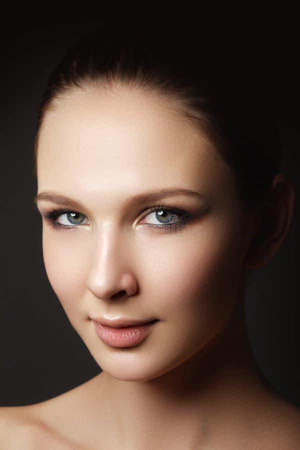 Glamourportret van mooi vrouwenmodel met verse dagelijkse makeu royalty-vrije stock fotografie