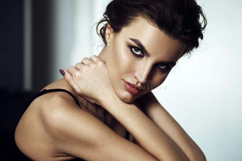 Glamourportret van mooie jonge vrouw Sensualy het Stellen royalty-vrije stock foto's