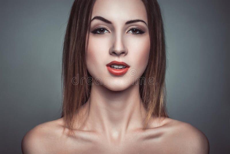 Glamourportret van sarcasme mooie aantrekkelijke donkerbruine vrouw royalty-vrije stock foto