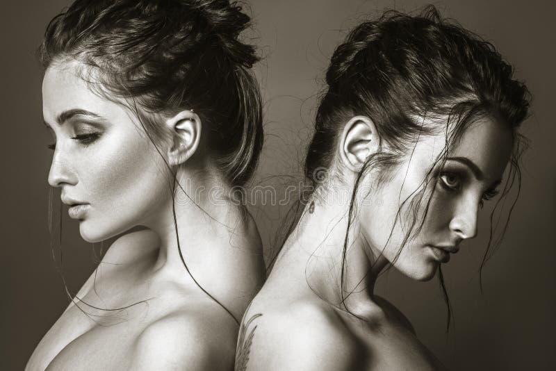 Glamourportret van twee sensuele mooie jonge vrouwen royalty-vrije stock foto's