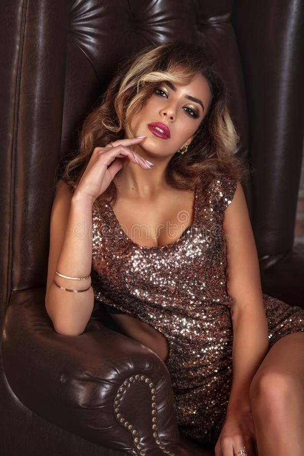 Glamourstående av den härliga afro amerikanska flickamodellen med makeup och den romantiska frisyren i guld- klänning royaltyfri bild