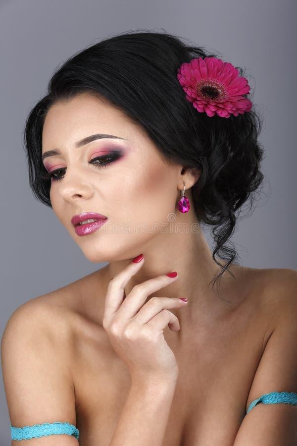 Glamourstående av den härliga kvinnamodellen med ny daglig makeu royaltyfria bilder