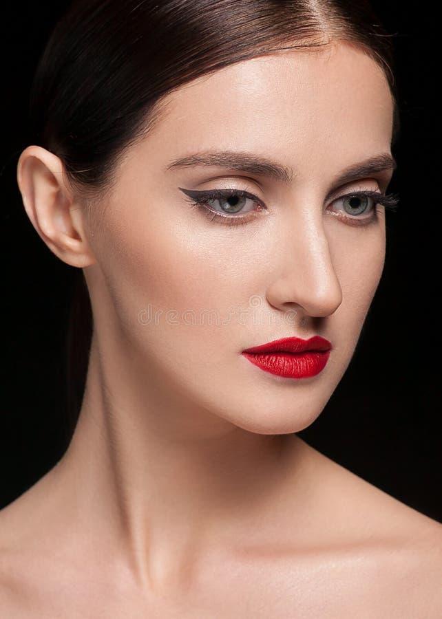 Glamourstående av den härliga kvinnamodellen med den nya dagliga makeup och frisyren Skinande highlighter för mode på hud som är  royaltyfri bild