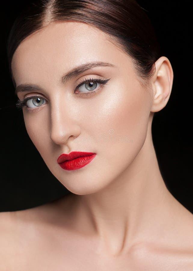 Glamourstående av den härliga kvinnamodellen med den nya dagliga makeup och frisyren Skinande highlighter för mode på hud som är  royaltyfri fotografi