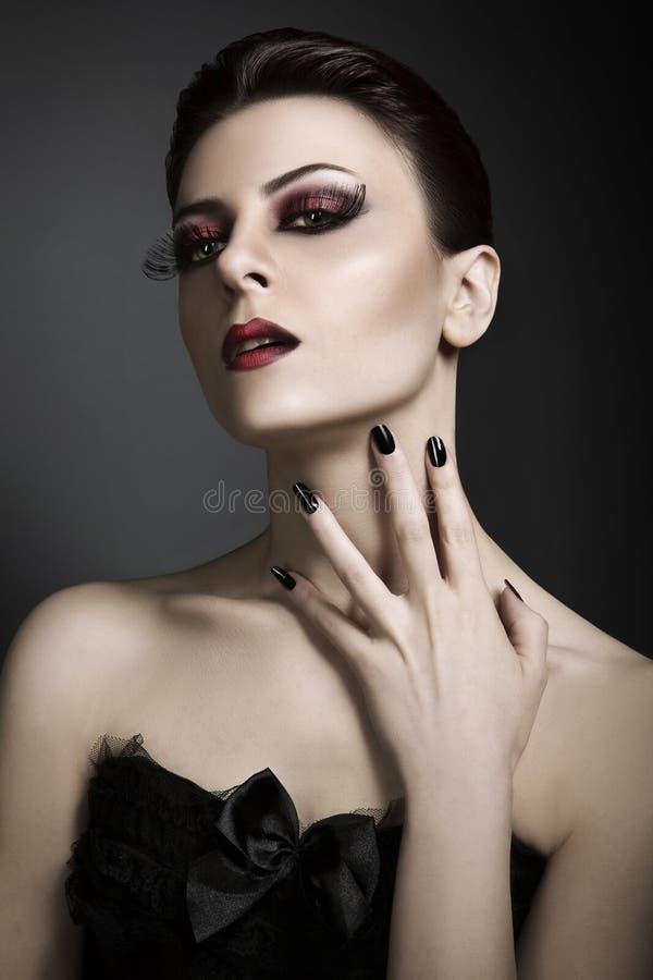 Glamourstående av den unga röda haired kvinnan royaltyfri fotografi