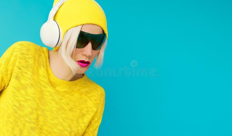 Glamurus DJ rubio imágenes de archivo libres de regalías