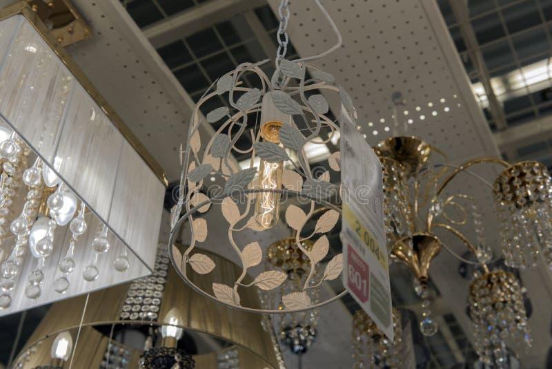 Glans en lampen in de opslag voor verkoop wordt tentoongesteld die royalty-vrije stock afbeeldingen