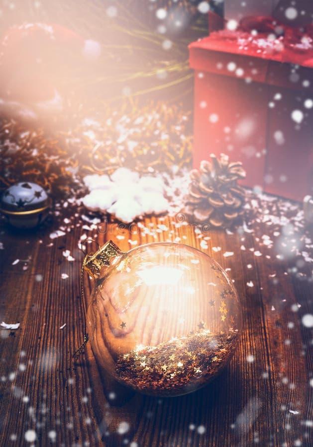 Glans Kerstkaart met glasbal, sterren en sneeuw stock afbeeldingen