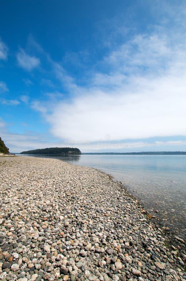Glans Tidelands-het Parkoever van de Staat van Bywater-Baai dichtbij Haven Ludlow in Puget Sound in Washington State royalty-vrije stock foto's