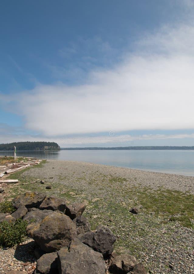 Glans Tidelands-het Parkoever van de Staat van Bywater-Baai dichtbij Haven Ludlow in Puget Sound in Washington State royalty-vrije stock fotografie