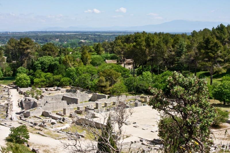 Glanum e la campagna di Provençal fotografia stock