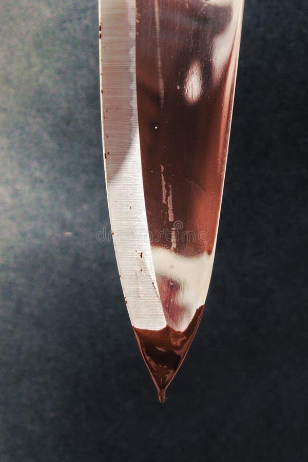 Glanzend Messenblad met Druipende Chocolade stock foto