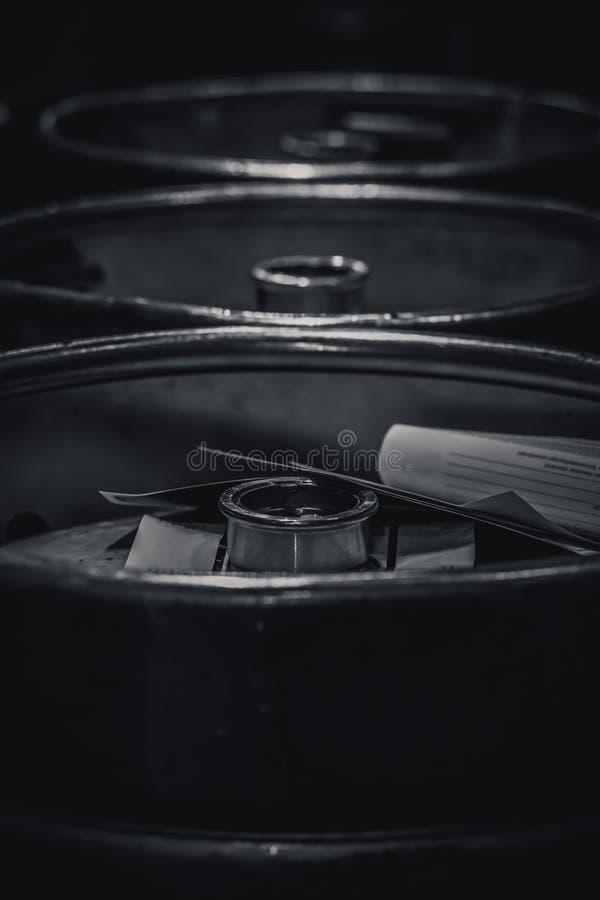Glanzende aluminiumbiervatten op een rij in een brouwerij stock fotografie