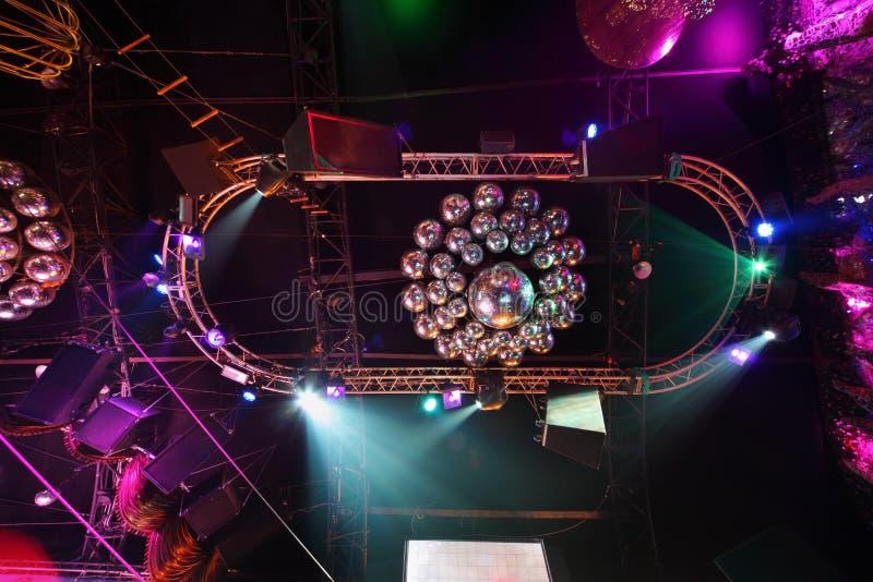 Glanzende ballen op plafond
