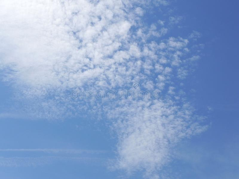 Glanzende blauwe hemel met aardige wolken royalty-vrije stock fotografie