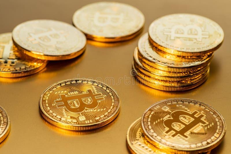 Glanzende fysieke bitcoins op gouden achtergrond Blockchaintechnol royalty-vrije stock foto's