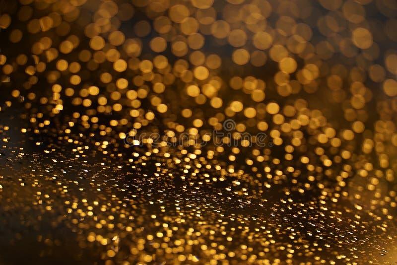 Glanzende Gouden bokeh op het venster stock foto