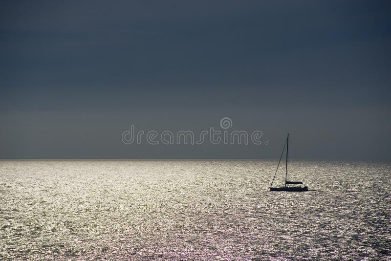 Glanzende overzees en zeilboot stock afbeelding
