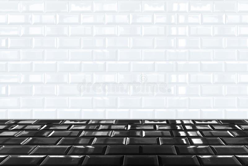 Glanzende Witte tegelmuur Van keramische steen en zwarte tegelvloer royalty-vrije stock afbeelding