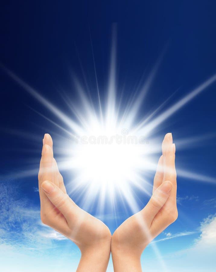 Glanzende zon bij duidelijke blauwe hemel met exemplaarruimte royalty-vrije stock afbeeldingen
