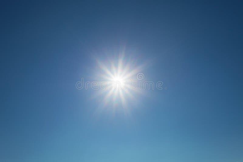 Glanzende zon blauwe hemel met lensgloed royalty-vrije stock afbeelding