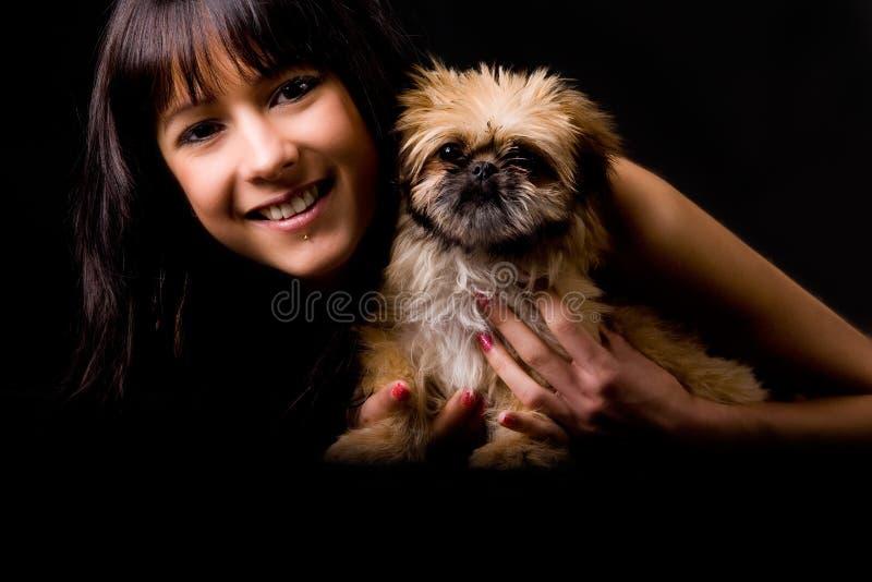 Glaourgirl de sorriso com filhote de cachorro fotos de stock