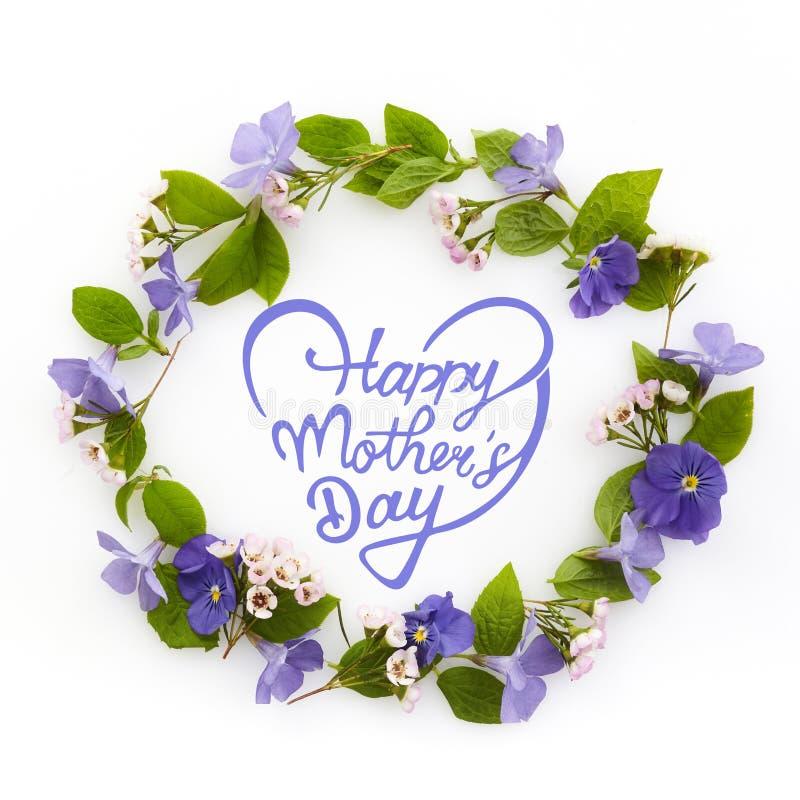 Glappade mödrar dag Blommornas sammansättning Utandning av olika färgade blommor Platt, översida royaltyfri fotografi