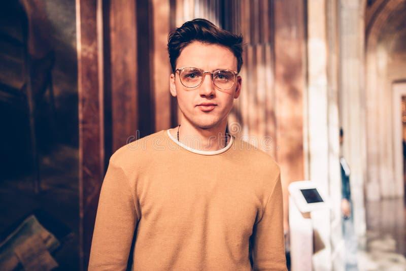 Glasögon för stilig man för student bärande och besökakonstgalleri i museum royaltyfria foton