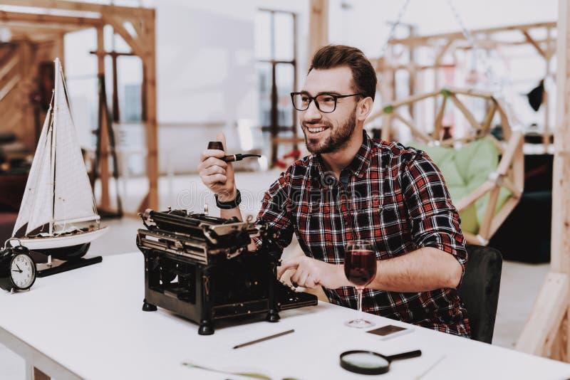 glasögon gammal skrivmaskin Rör för att röka arkivfoto