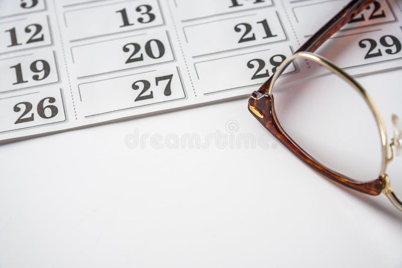 Glasögon och kalendern royaltyfria bilder