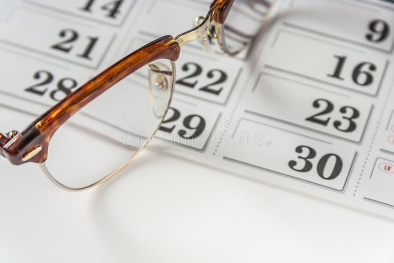 Glasögon på kalendern arkivbild