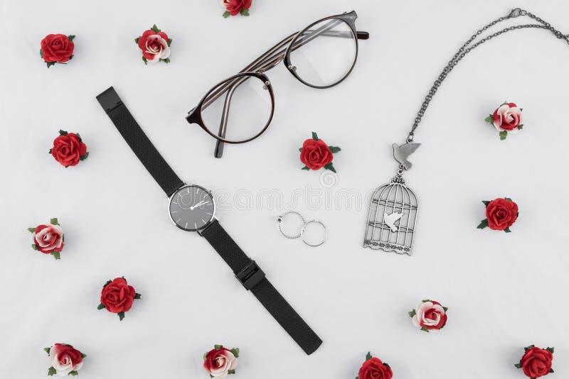 Glasögon, svarta klockor, halsband och cirklar royaltyfri foto
