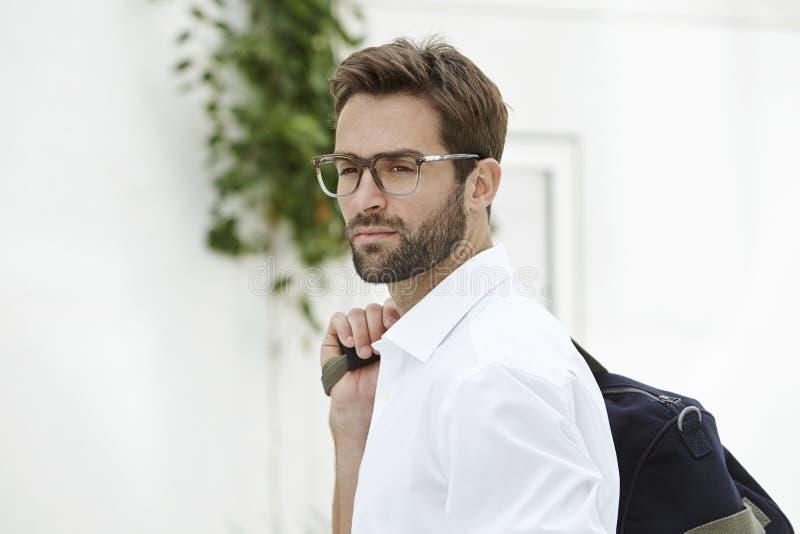 Glasögonprydd man i den vita skjortan royaltyfri fotografi
