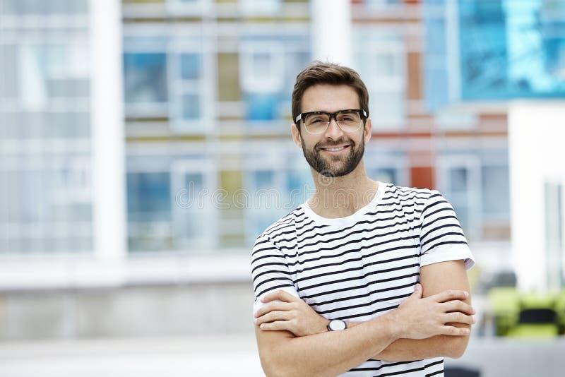 Glasögonprydd och säker man arkivbilder