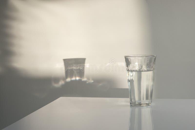 Glas του νερού με τις αντανακλάσεις στοκ φωτογραφία