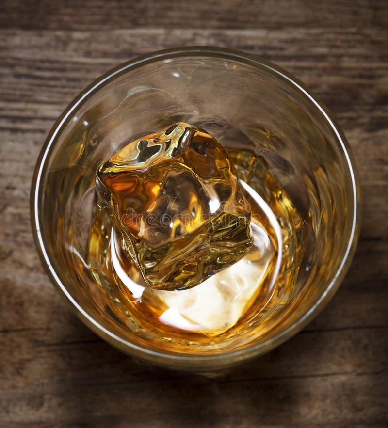 Glas Alkoholgetränkwhisky mit Eis lizenzfreie stockfotos