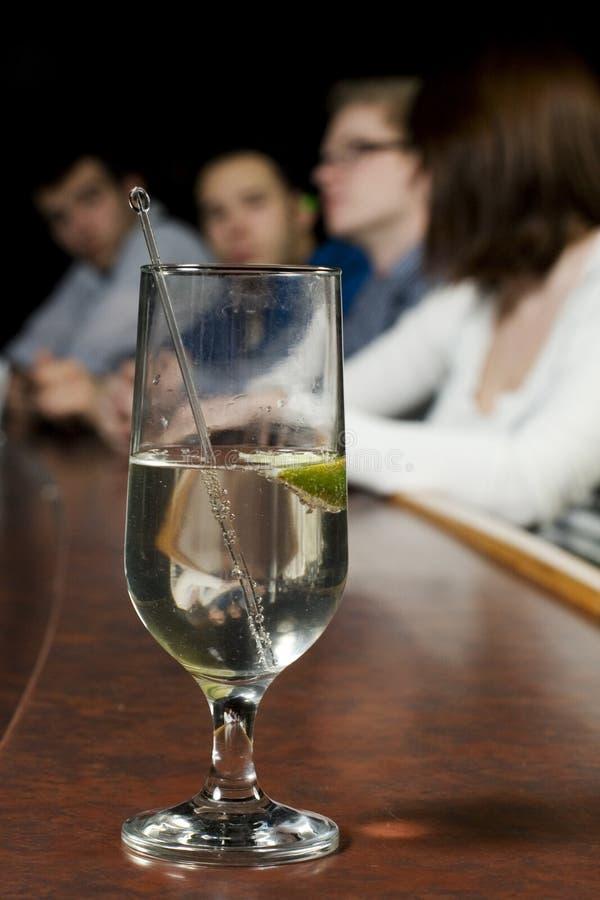 Glas alkoholisches Getränk auf Stab lizenzfreie stockbilder