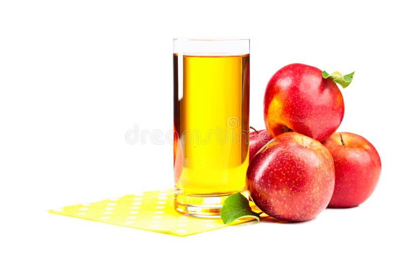 Glas appelsap en rode appelen die op een witte achtergrond wordt geïsoleerd royalty-vrije stock afbeeldingen