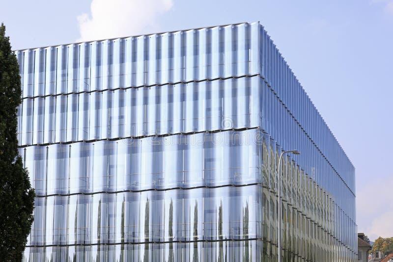Glas in architectuur: Een glasvoorgevel en een modern gebouw stock fotografie