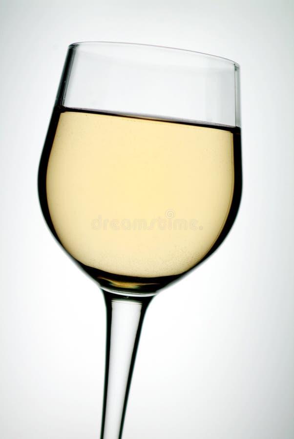 Glas auf weißem Wein lizenzfreie stockfotos
