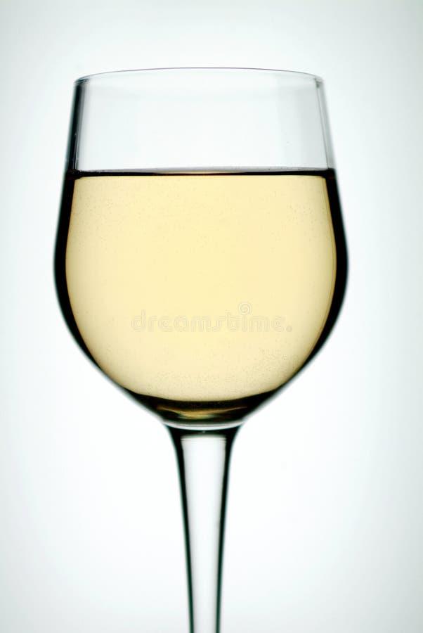 Glas auf weißem Wein lizenzfreie stockbilder