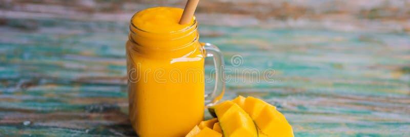 Glas av mango smoothie med bambu dricksstrå Exotisk semester, avkylning av dryckeskonceptet BANNER, LONG FORMAT royaltyfria bilder