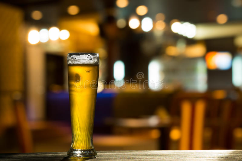 Glas Bier auf Bar-Zähler lizenzfreie stockfotografie