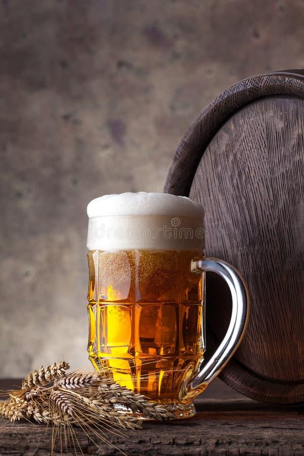 Glas Bier auf einem dunklen Hintergrund lizenzfreie stockfotos