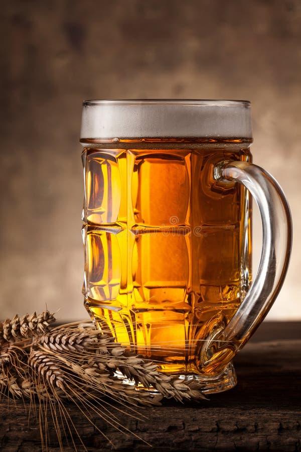 Glas Bier auf einem dunklen Hintergrund stockbilder