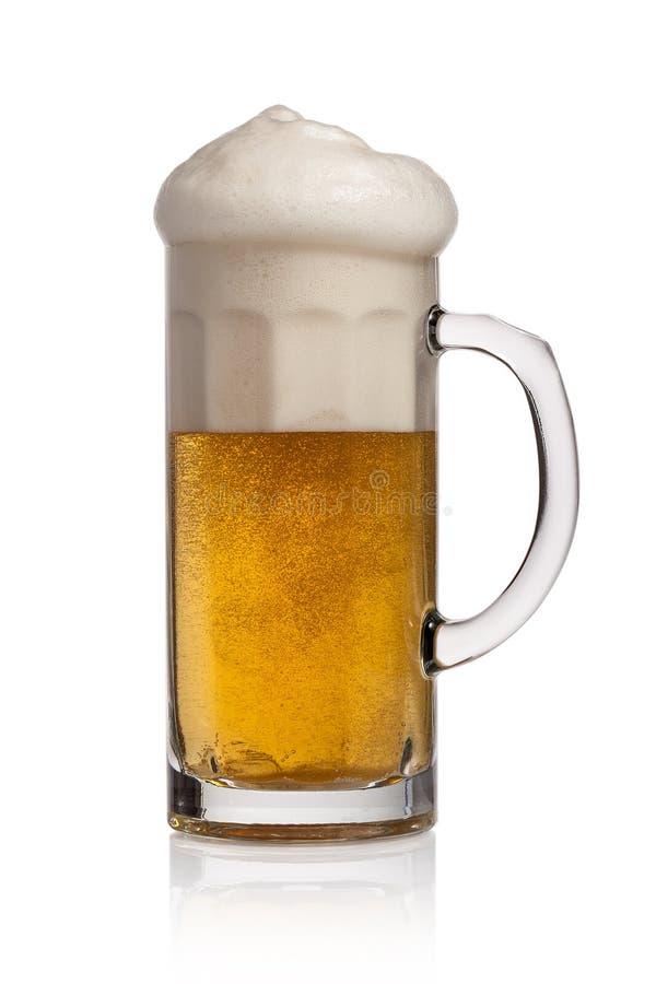 Glas Bier auf einem weißen Hintergrund lizenzfreie stockbilder