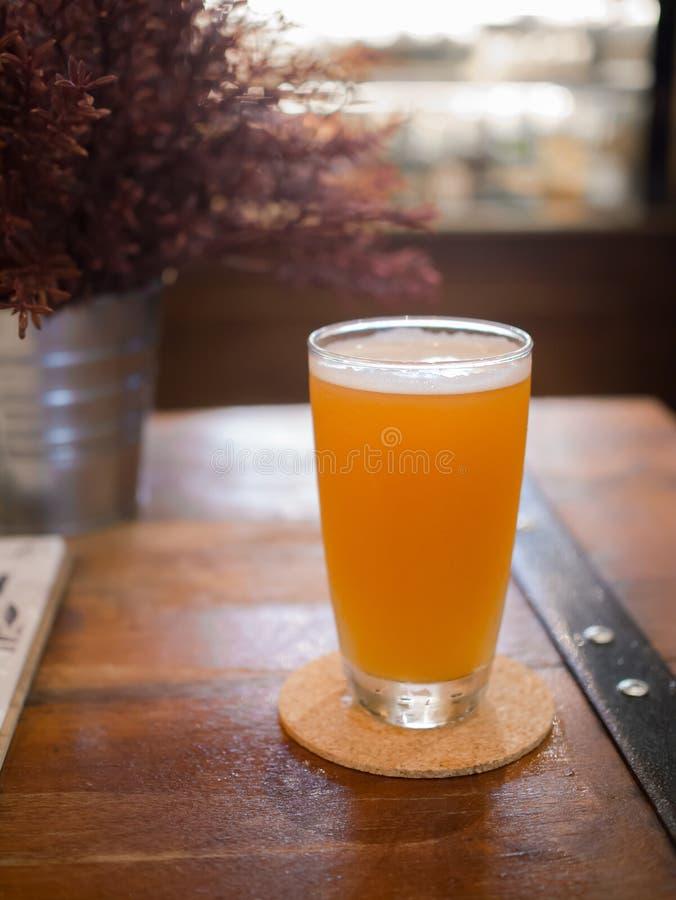 Glas Bier auf Holztisch stockfoto